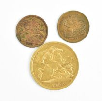 A Victorian half sovereign minted London 1900, together with two miniature Spielgeld tokens, one