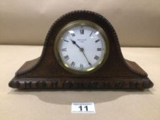 A SMALL OAK CASED MANTLE CLOCK BY BRAVINGTONS OF LONDON 28 X 16CM
