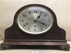 AN OAK CASED WESTMINSTER CHIME MANTLE CLOCK 43 X 30CM