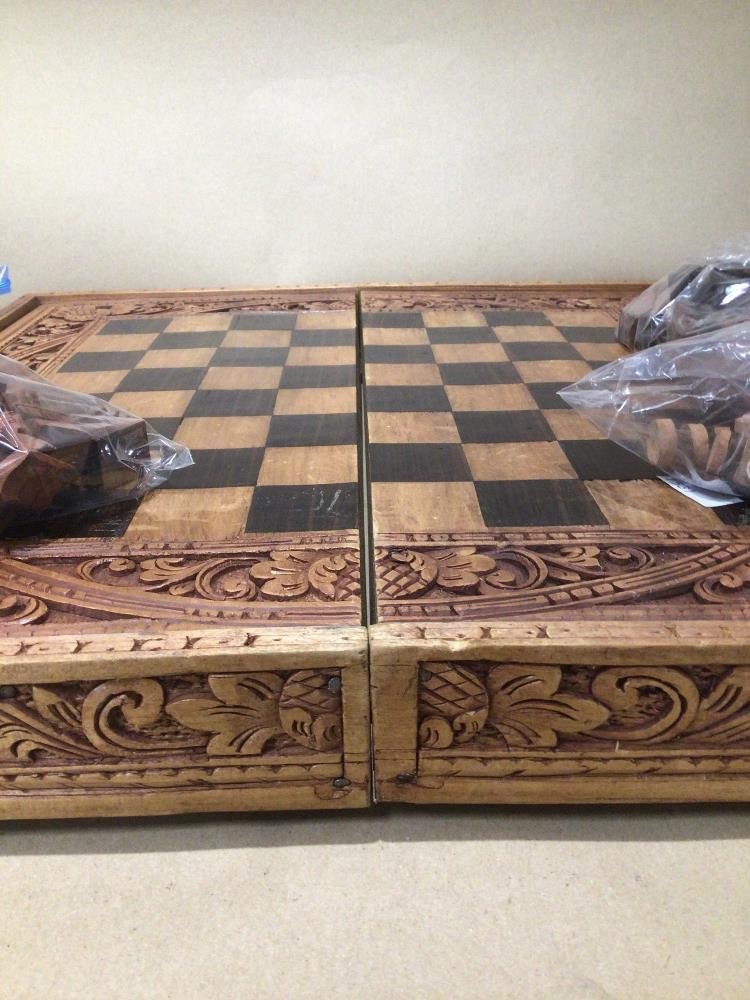 A VINTAGE DECORATIVE CARVED WOOD SUITCASE CHESS AND BACKGAMMON GAME SET - Image 3 of 3