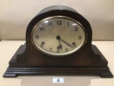 AN OAK CASED MANTLE CLOCK WITH A WESTMINSTER CHIME 41 X 24CM