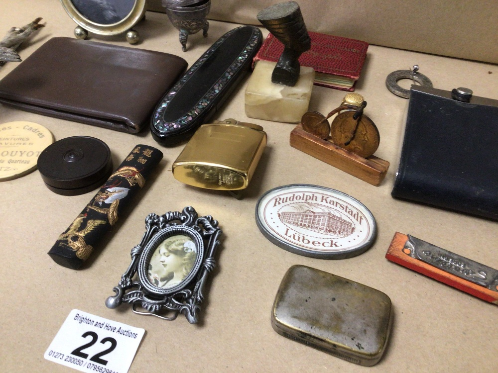 A MIXED BOX OF COLLECTABLES, LIGHTER, BROOCHES AND MORE - Image 3 of 3