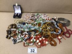 MIXED VINTAGE COSTUME JEWELLERY WITH SEMI-PRECIOUS STONES, CORAL AND SILVER FASTENERS