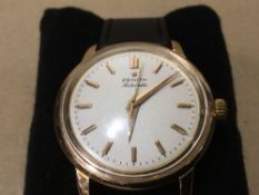 A GENTS 18CT GOLD ZENITH WRISTWATCH, SWISS MARKS, PLATING LOSS TO CROWN. EARLY 1960'S ON LATER STRAP