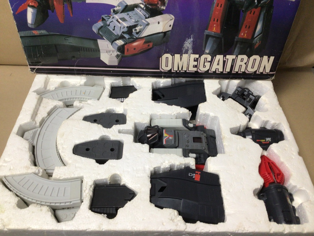 A 1980'S TRANSFORMER BY GRANDSTAND MOTORISED CONVERTORS OMEGATRON BOXED - Image 2 of 3