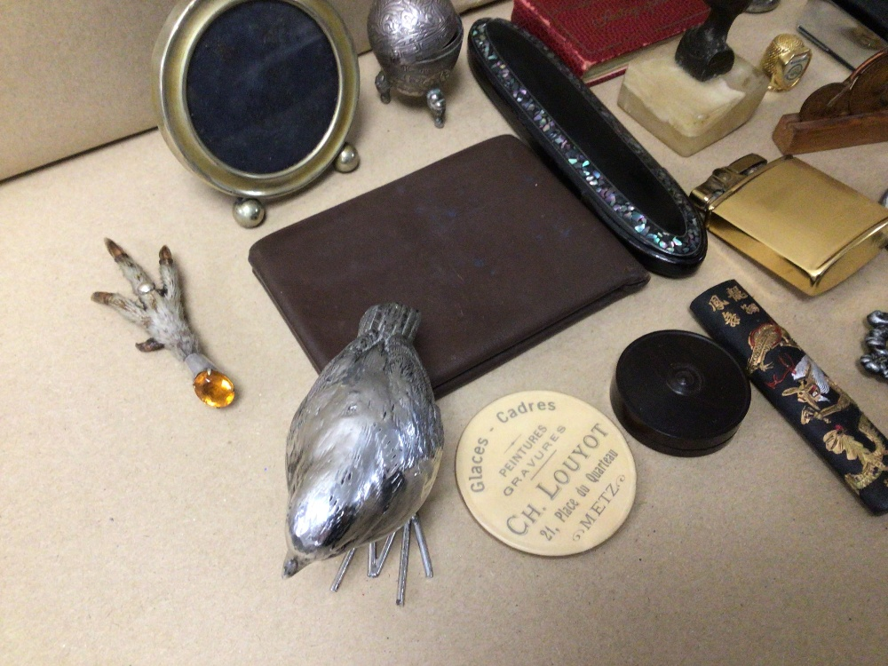 A MIXED BOX OF COLLECTABLES, LIGHTER, BROOCHES AND MORE - Image 2 of 3