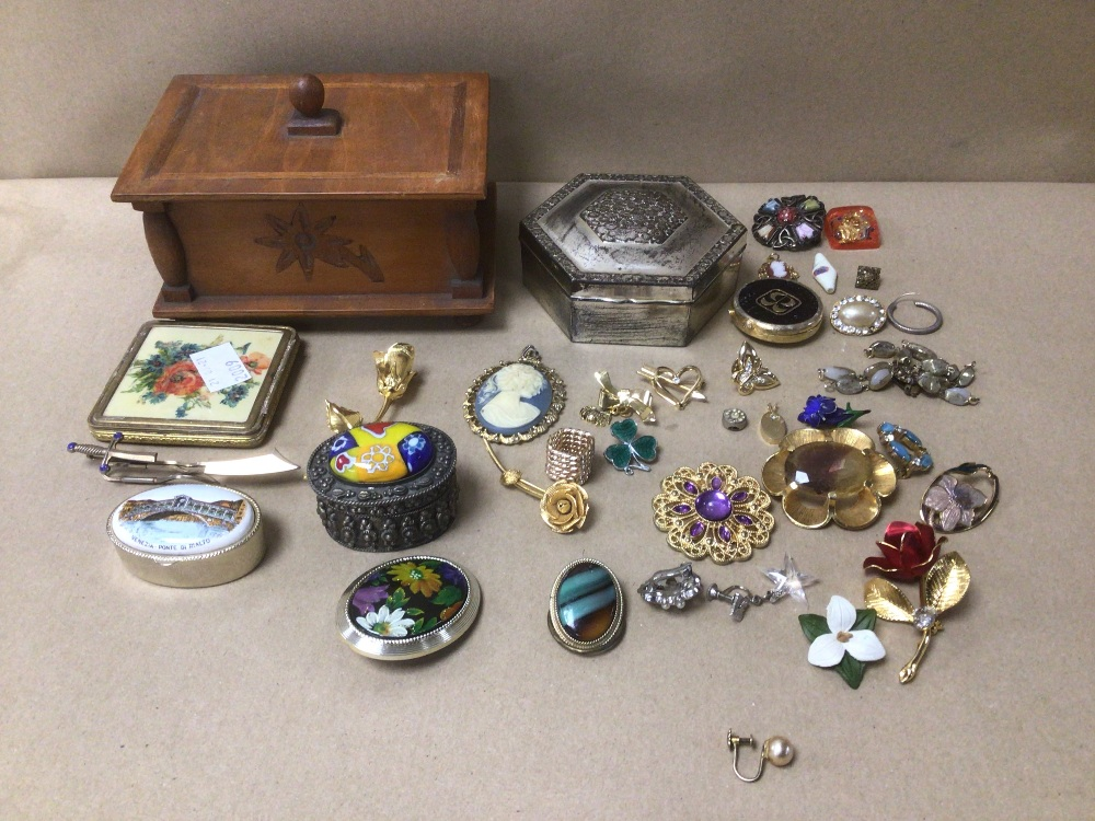 A SMALL COLLECTION OF MIXED COSTUME JEWELLERY AND MORE