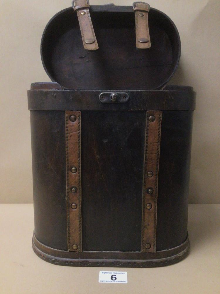 A VINTAGE TWO BOTTLE WOODEN WINE STORAGE CARRIER 34CM IN HEIGHT - Image 2 of 4