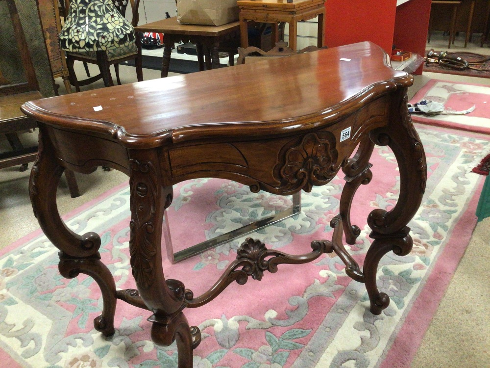 A REPRODUCTION WOODEN CONSOLE/HALL TABLE WITH CARVED DECORATION, 100 X 45 X 75CM - Image 5 of 6