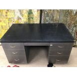 AN INDUSTRIAL KNEE HOLE METAL DESK WITH SEVEN DRAWERS, 153 X 92 X 78CM