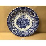 A LARGE DELFT BLUE AND WHITE CIRCULAR WALL PLATE DECORATED VASE OF FLOWERS, 41CM