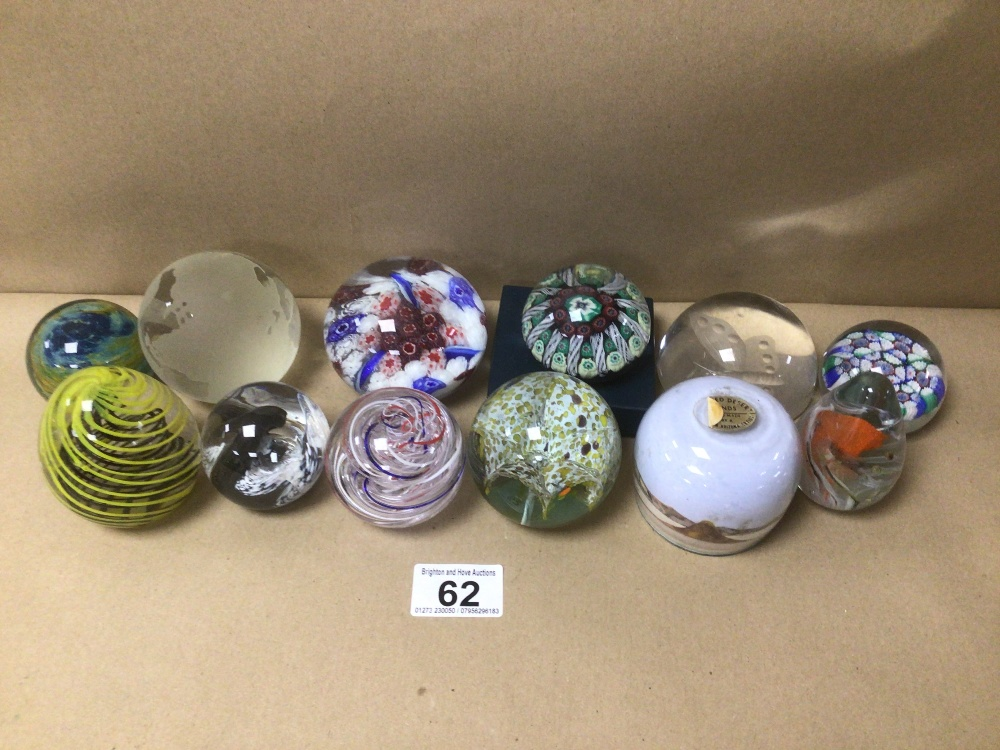 A COLLECTION OF ART GLASS PAPERWEIGHTS, SOME WITH WITH MAKERS MARKS TO BASE, INCLUDES CROLINO,