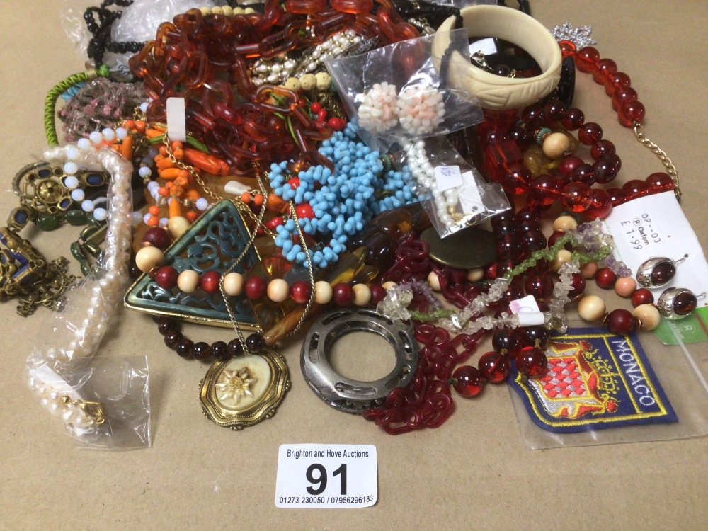 A COLLECTION OF MIXED COSTUME JEWELLERY - Image 2 of 4