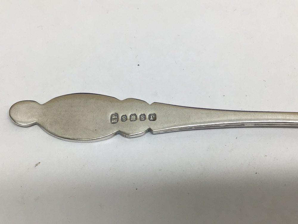 A CASED SET OF HALLMARKED SILVER BUTTER KNIVES WITH A CASED SET OF EPNS TEASPOONS WITH SUGAR TONGS - Image 5 of 5