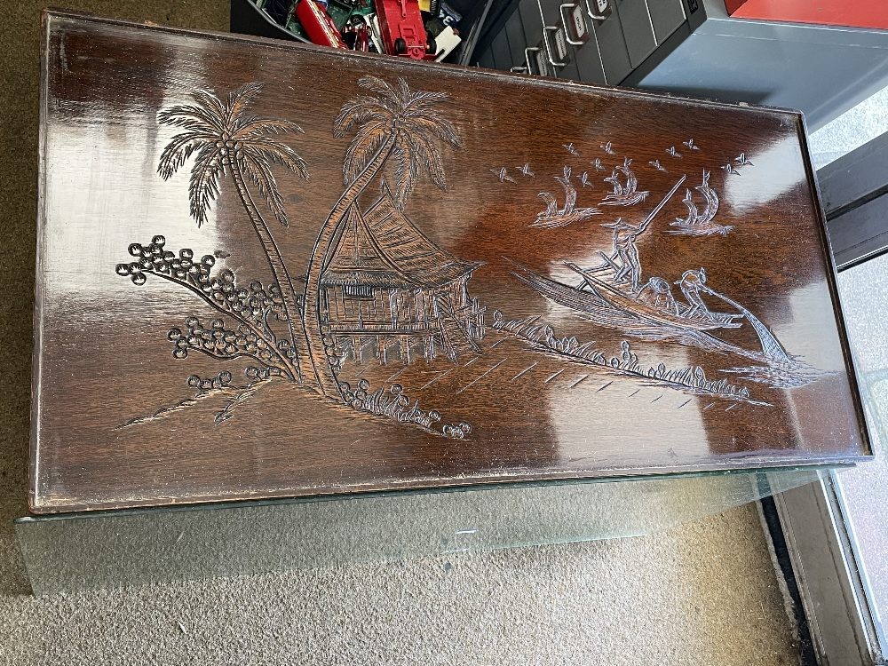 A CARVED WOODEN GLASS TOP TABLE OF ORIENTAL DESIGN 2-TIER COFFEE TABLE, 93CM X 47CM X 46CM - Image 2 of 9