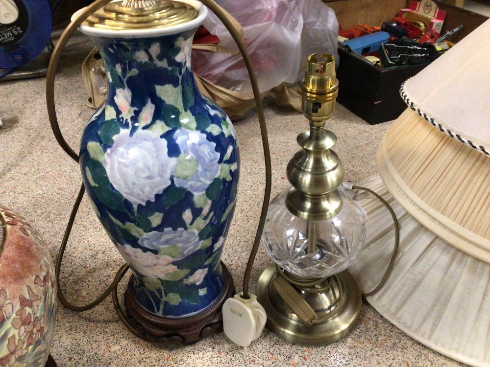 FIVE VINTAGE TABLE LAMPS, CERAMIC AND GLASS - Image 2 of 4