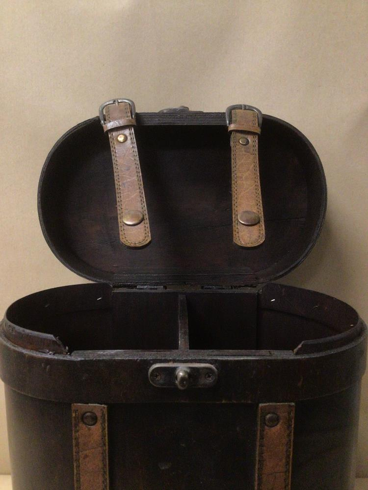 A VINTAGE TWO BOTTLE WOODEN WINE STORAGE CARRIER 34CM IN HEIGHT - Image 3 of 4