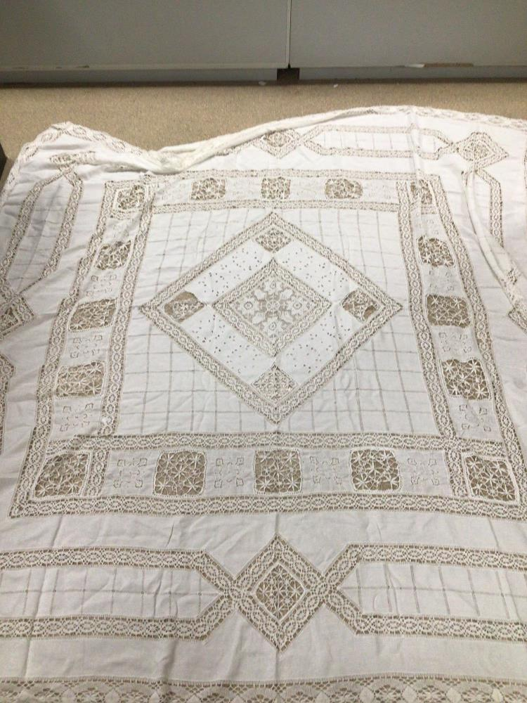 A VINTAGE LACE TABLE CLOTH 218 X 218CM A/F - Image 3 of 4
