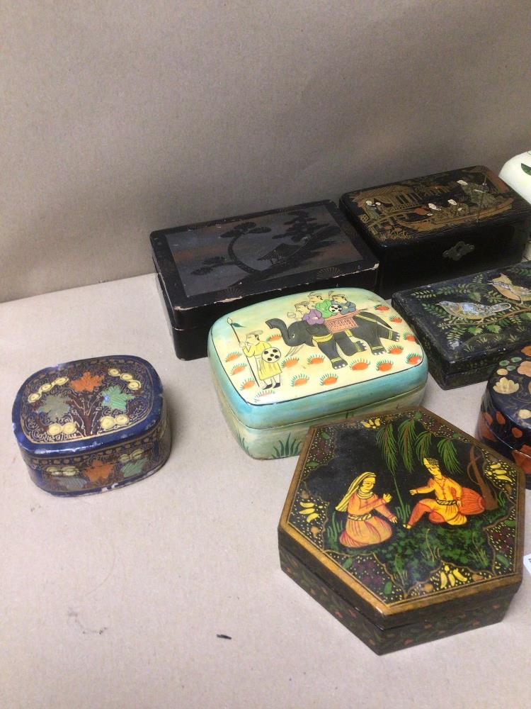 A MIXED COLLECTION OF LACQUERED AND PAPIER-MACHE BOXES / CONTAINERS, DECORATED WITH ORIENTAL - Image 3 of 5