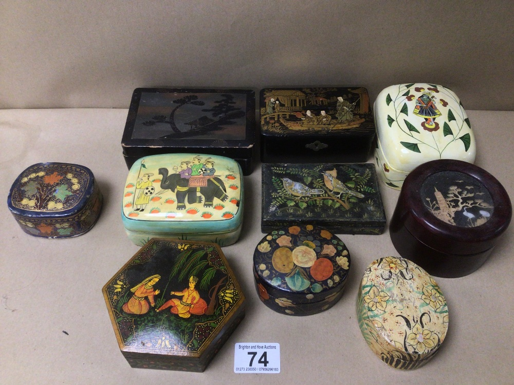 A MIXED COLLECTION OF LACQUERED AND PAPIER-MACHE BOXES / CONTAINERS, DECORATED WITH ORIENTAL