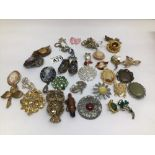A QUANTITY OF MIXED VINTAGE COSTUME JEWELLERY BROOCHES