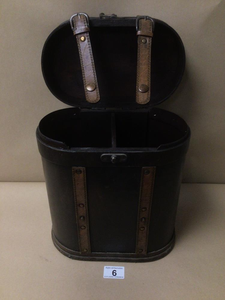 A VINTAGE TWO BOTTLE WOODEN WINE STORAGE CARRIER 34CM IN HEIGHT
