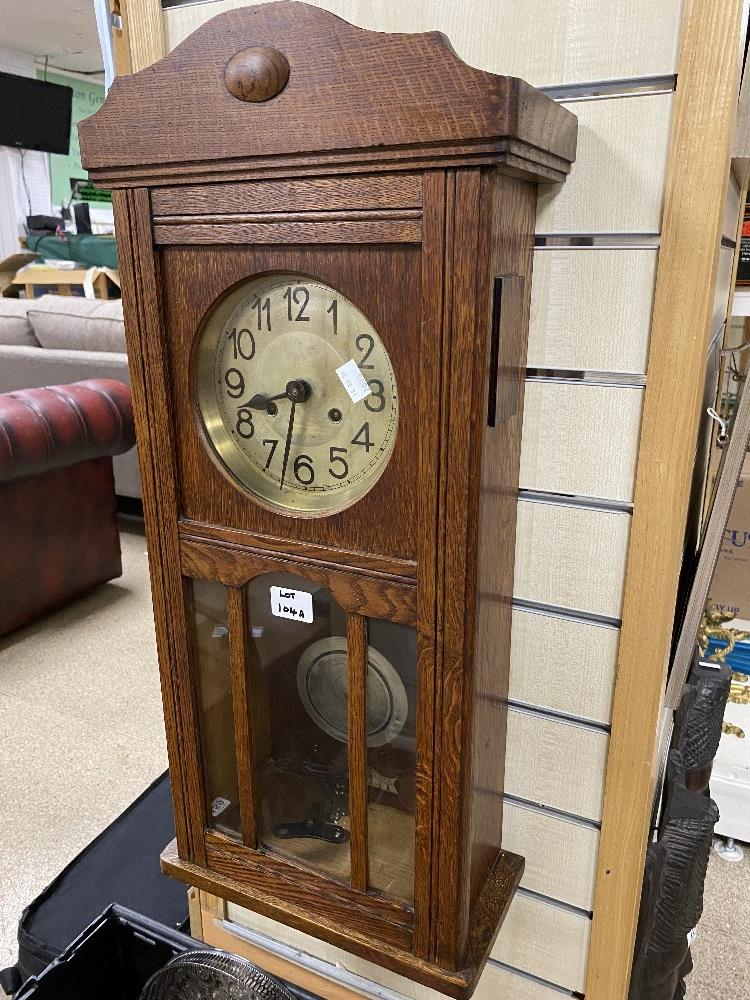 A VINTAGE OAK CASED WALL CLOCK WITH PENDULUM AND KEYS