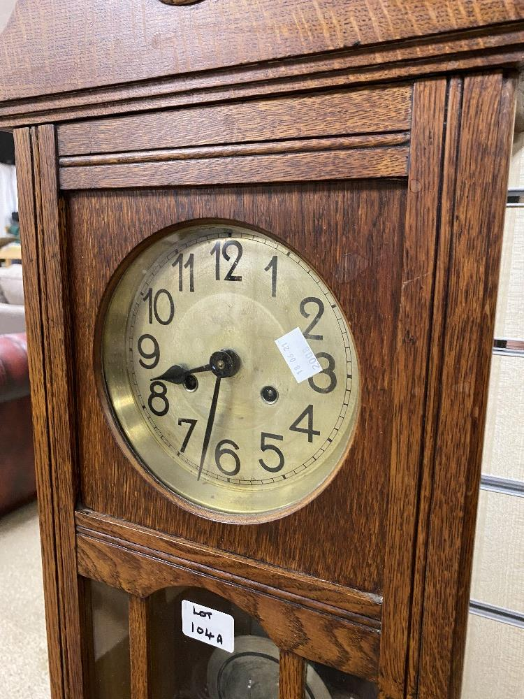A VINTAGE OAK CASED WALL CLOCK WITH PENDULUM AND KEYS - Image 2 of 4