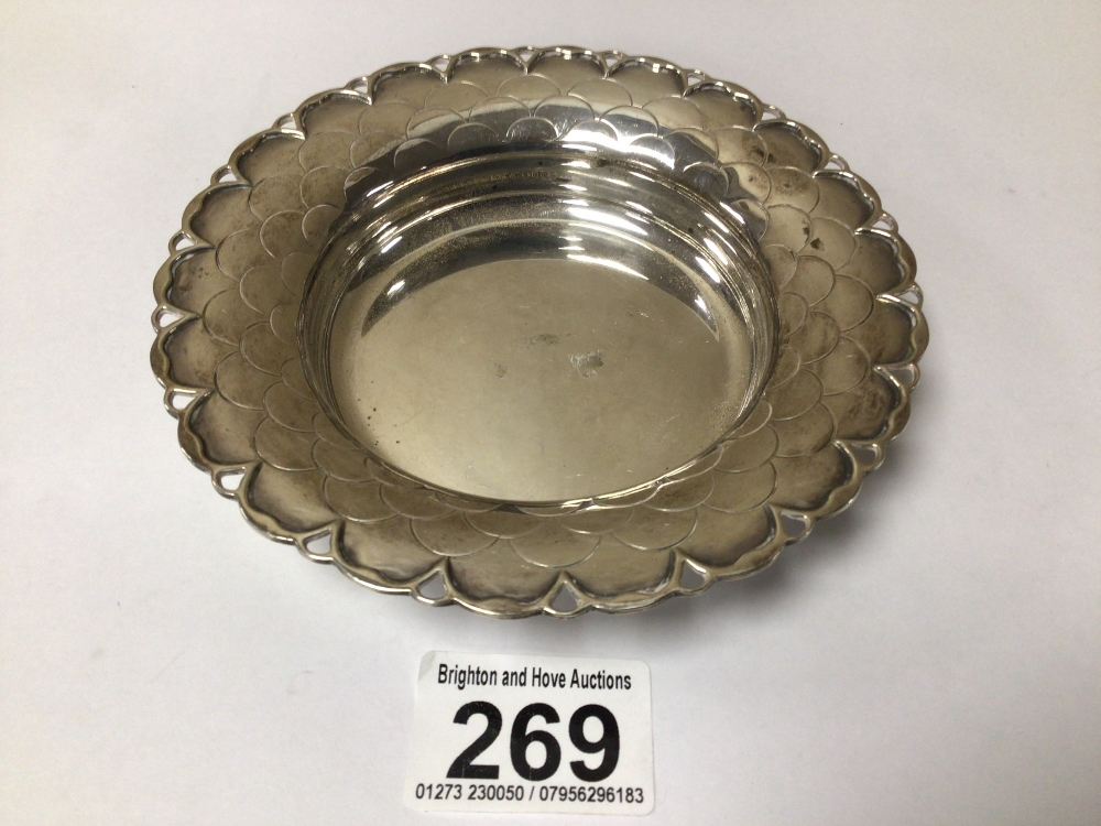AN HALLMARKED SILVER CIRCULAR BONBON DISH WITH SCALLOPED BORDER BY MAPPIN AND WEBB 1951, 14CM, 123 - Image 2 of 4