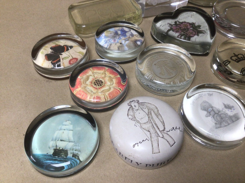A MIXED COLLECTION OF MAINLY GLASS PAPERWEIGHTS, ONE BEING A NIGEL PAIN PRODUCT - Image 2 of 4