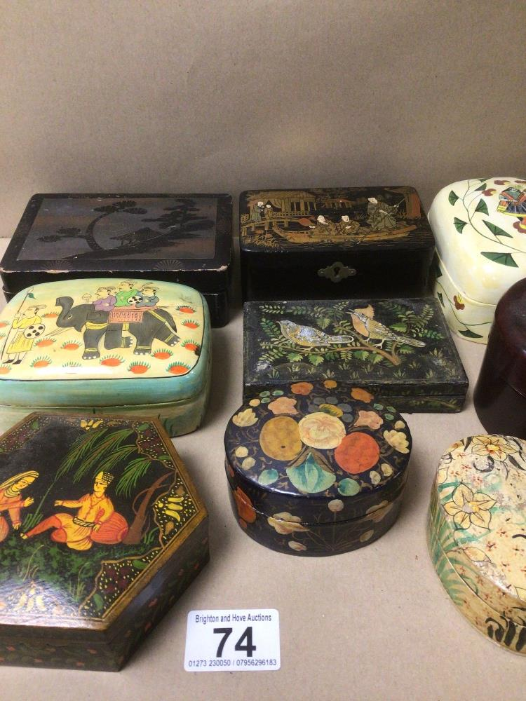 A MIXED COLLECTION OF LACQUERED AND PAPIER-MACHE BOXES / CONTAINERS, DECORATED WITH ORIENTAL - Image 4 of 5