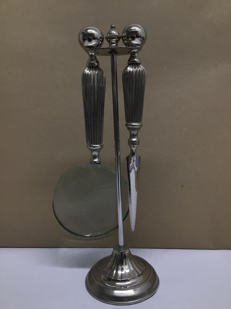 A WHITE METAL SET OF MAGNIFYING GLASS AND LETTER OPENER ON STAND - Image 3 of 5