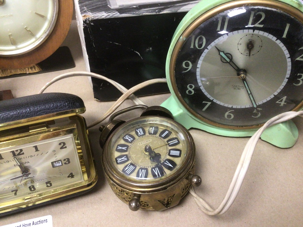 A COLLECTION OF MIXED VINTAGE CLOCKS INCLUDES A SMITHS BAKELITE ELECTRIC CLOCK, A SMITH THOMAS - Image 6 of 8