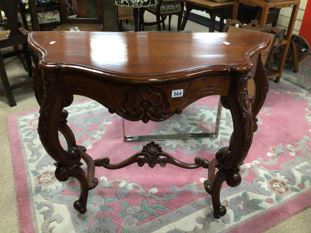 A REPRODUCTION WOODEN CONSOLE/HALL TABLE WITH CARVED DECORATION, 100 X 45 X 75CM