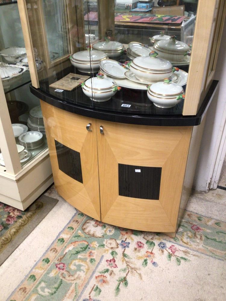 A MODERN GLASS FRONTED DISPLAY CABINET WITH STORAGE BOW FRONTED 203 X 91 X 55CM - Image 3 of 5