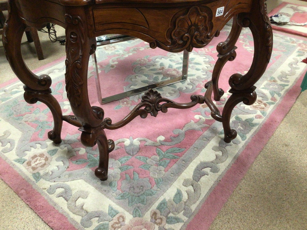 A REPRODUCTION WOODEN CONSOLE/HALL TABLE WITH CARVED DECORATION, 100 X 45 X 75CM - Image 6 of 6