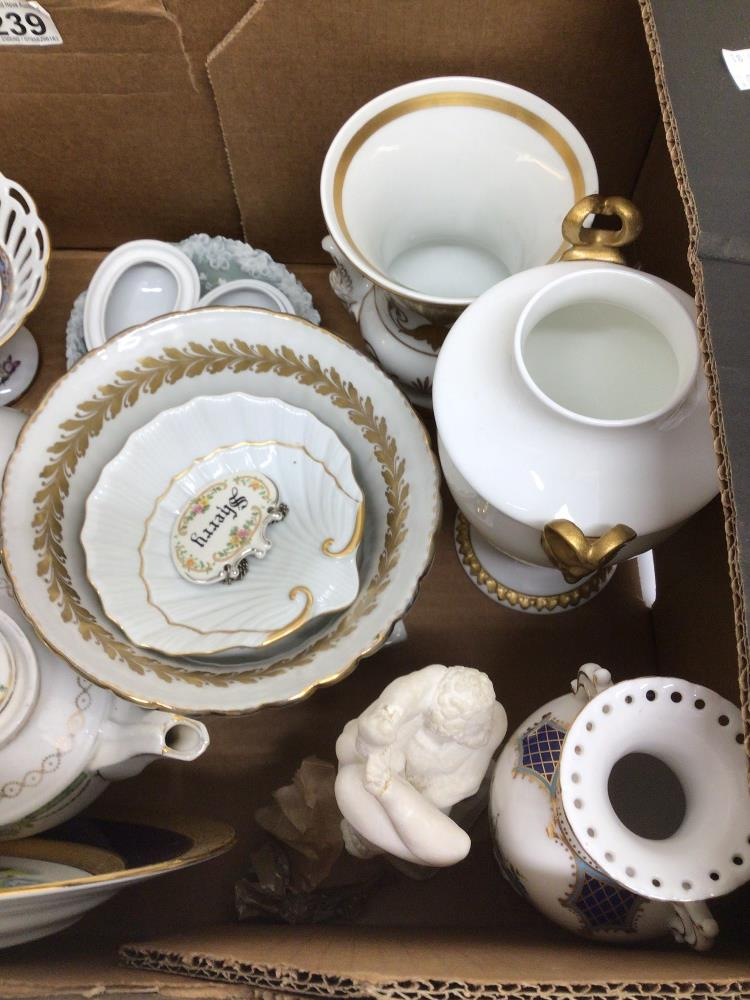 A MIXED COLLECTION OF POTTERY, INCLUDES LIMOGES 'LA REINE', MARTINRODA, AND MORE - Image 2 of 6