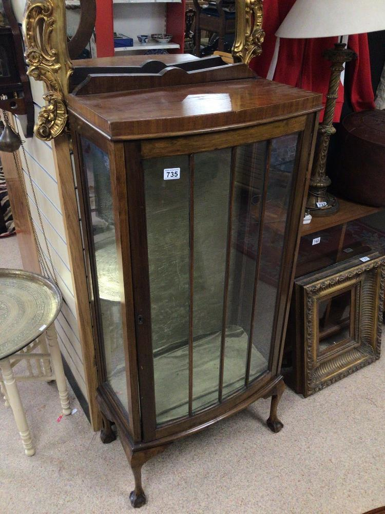 A VINTAGE DISPLAY CABINET WITH A BOW FRONTED GLASS DOOR ON BALL AND CLAW FEET, WITH GREEN VELVET - Image 2 of 4
