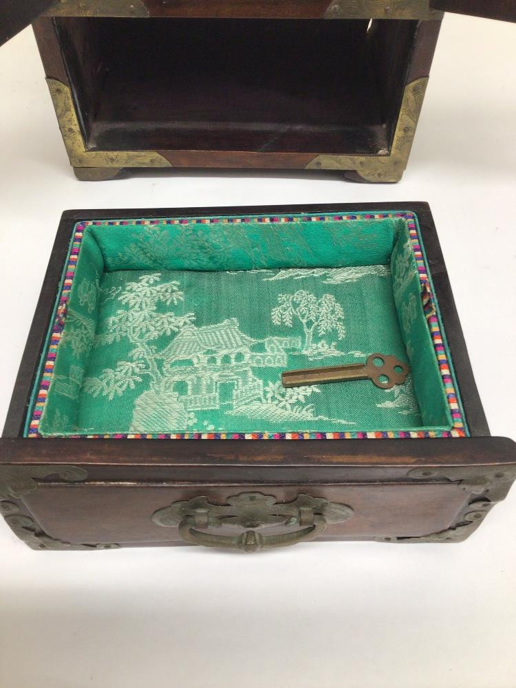 A LATE 20TH CENTURY CHINESE JEWELLERY BOX WITH FAUX JADE INLAY AND BRASS BORDERS A/F - Image 5 of 7