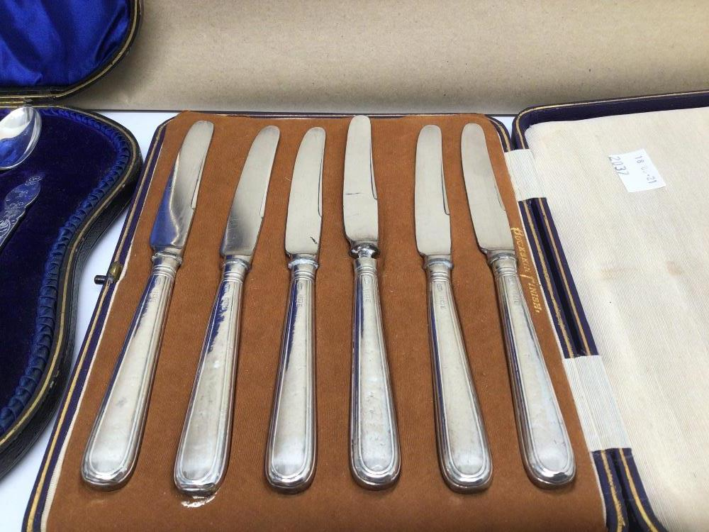 A CASED SET OF HALLMARKED SILVER BUTTER KNIVES WITH A CASED SET OF EPNS TEASPOONS WITH SUGAR TONGS - Image 3 of 5