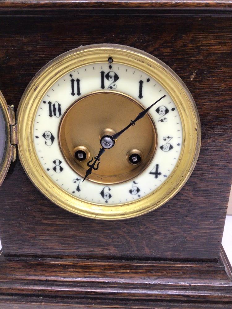 A VINTAGE OAK MANTLE CLOCK, 24CM - Image 3 of 5