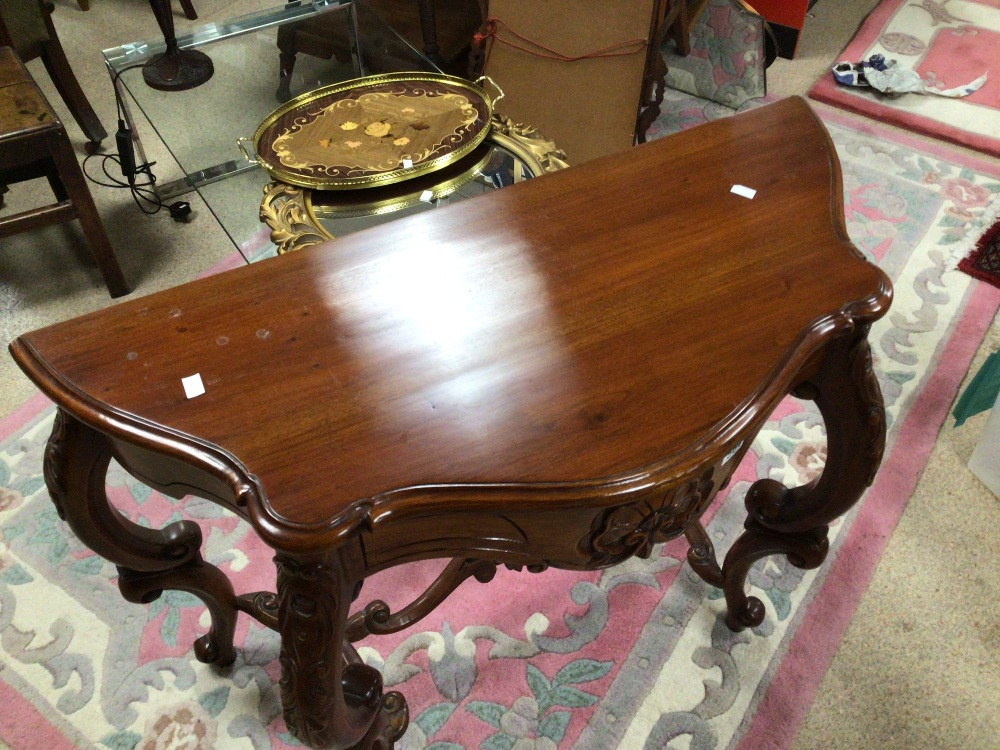 A REPRODUCTION WOODEN CONSOLE/HALL TABLE WITH CARVED DECORATION, 100 X 45 X 75CM - Image 4 of 6