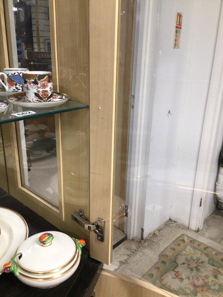 A MODERN GLASS FRONTED DISPLAY CABINET WITH STORAGE BOW FRONTED 203 X 91 X 55CM - Image 5 of 5