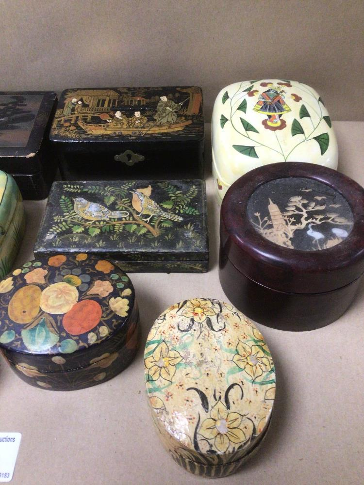 A MIXED COLLECTION OF LACQUERED AND PAPIER-MACHE BOXES / CONTAINERS, DECORATED WITH ORIENTAL - Image 2 of 5