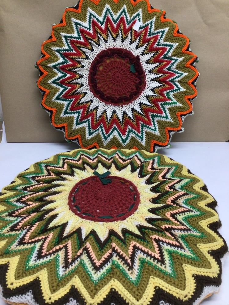 A PAIR OF VINTAGE 1970S RETRO/BOHO ROUND CROCHETED CUSHIONS, 50CM DIAMETER WITH A SIMILAR TABLE MAT - Image 4 of 4