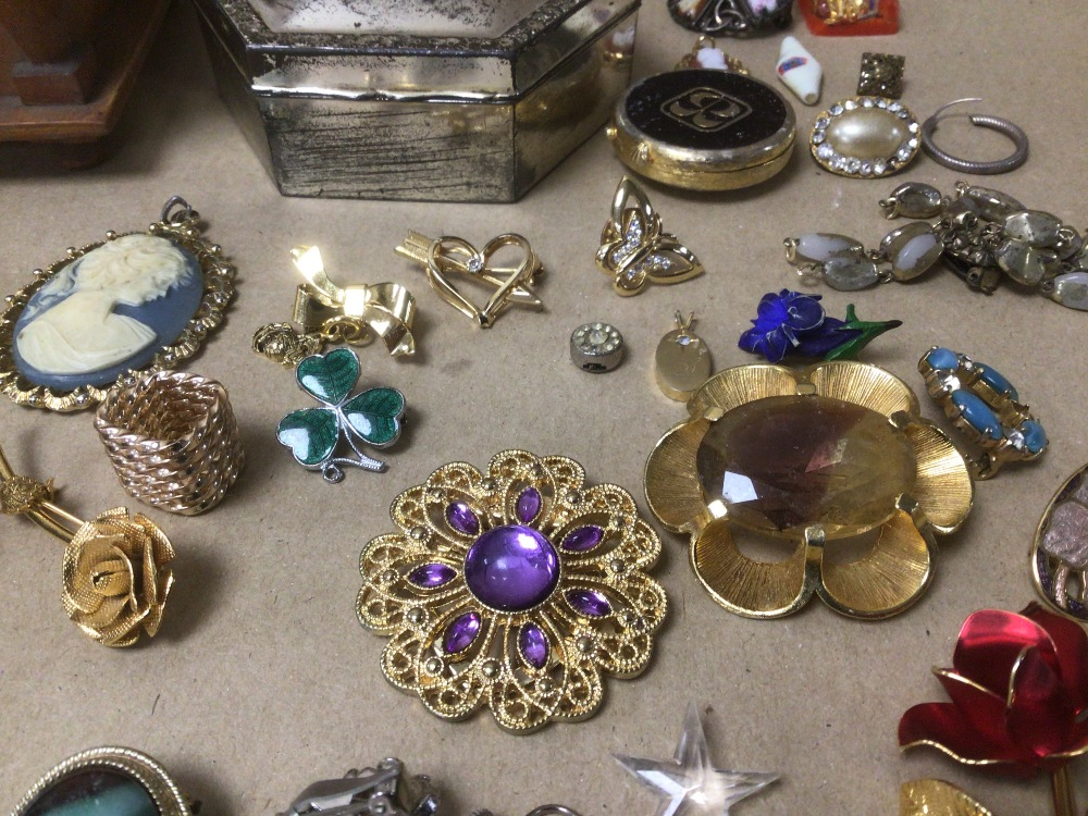 A SMALL COLLECTION OF MIXED COSTUME JEWELLERY AND MORE - Image 4 of 4