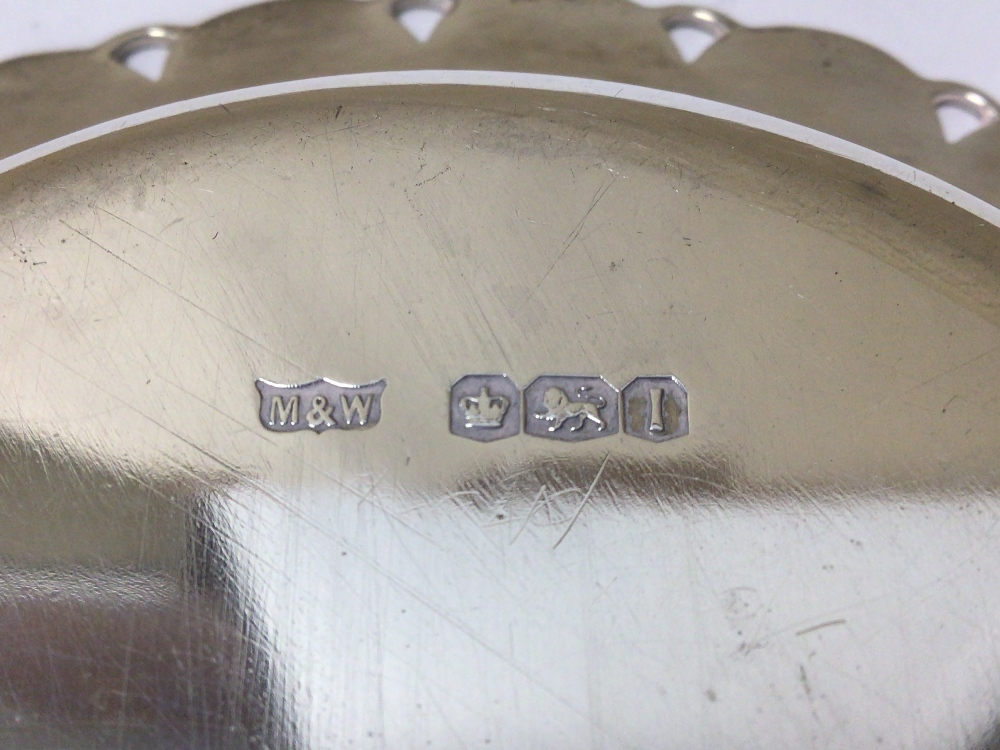 AN HALLMARKED SILVER CIRCULAR BONBON DISH WITH SCALLOPED BORDER BY MAPPIN AND WEBB 1951, 14CM, 123 - Image 4 of 4