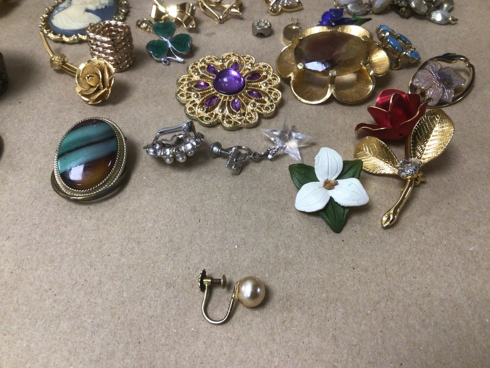 A SMALL COLLECTION OF MIXED COSTUME JEWELLERY AND MORE - Image 3 of 4
