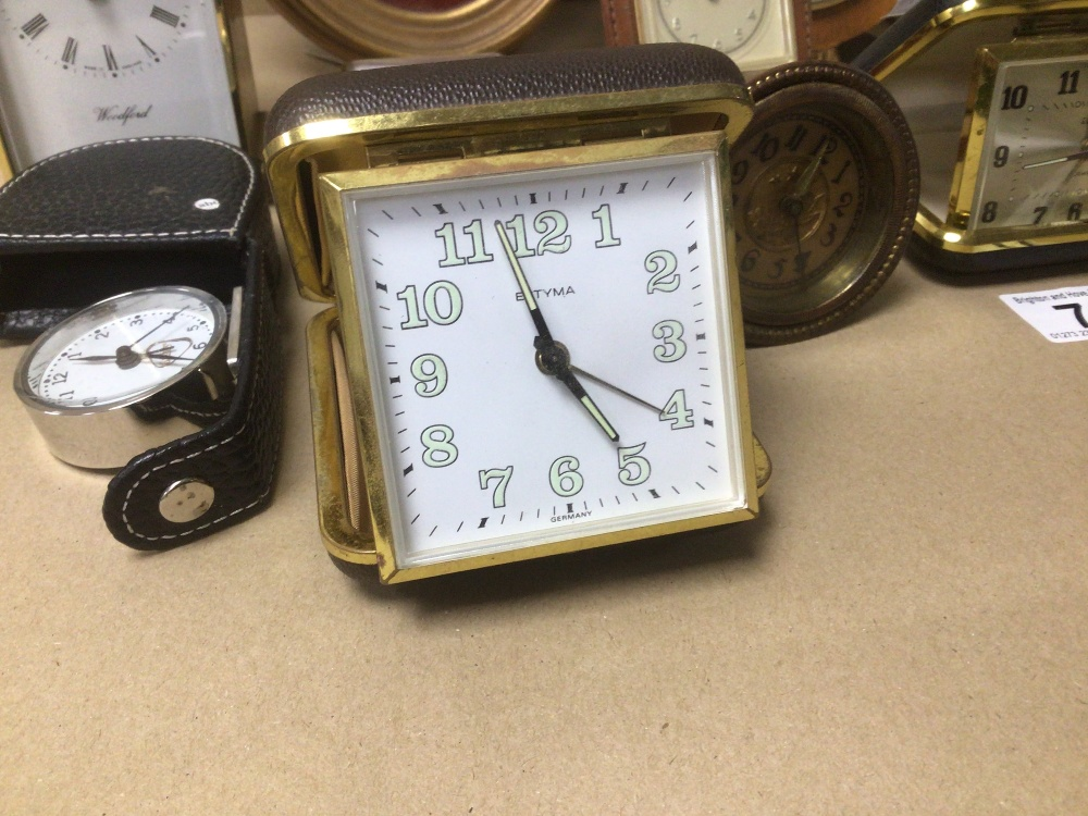 A COLLECTION OF MIXED VINTAGE CLOCKS INCLUDES A SMITHS BAKELITE ELECTRIC CLOCK, A SMITH THOMAS - Image 2 of 8