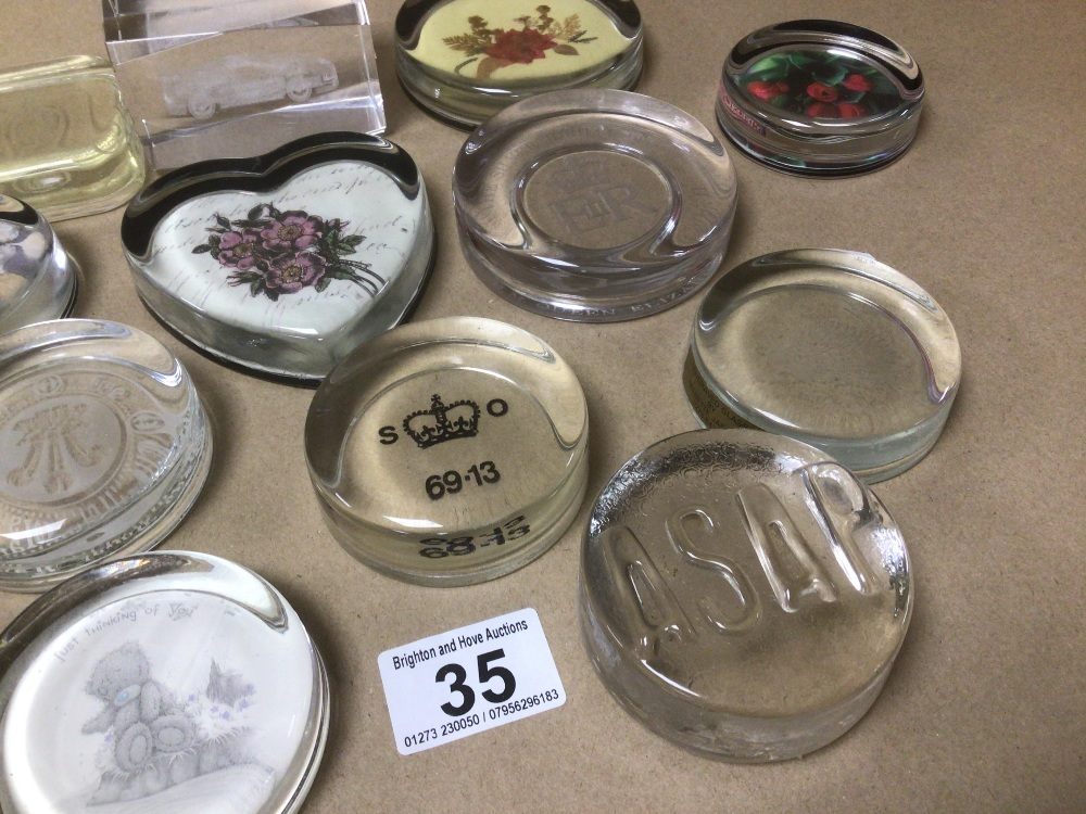 A MIXED COLLECTION OF MAINLY GLASS PAPERWEIGHTS, ONE BEING A NIGEL PAIN PRODUCT - Image 3 of 4